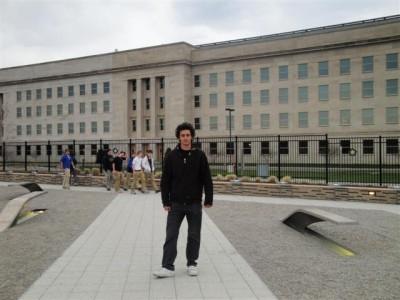 Desde el Memorial, el edificio de atrás es el famoso Pentágono