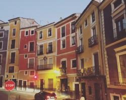 casas+colgantes+colores+cuenca