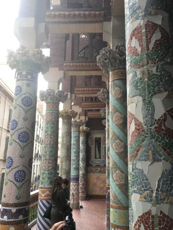 """El sol me jugó una mala pasada para la foto (con el celular), pero el """"patio de las columnas"""" es un fiel reflejo de la sobreestimulación visual que proponía Montaner."""