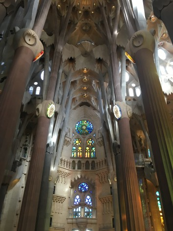interior+sagrada+familia+colores
